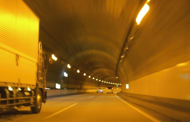 トラックドライバーの2割が睡眠不足や疲労原因で事故の危険に直面