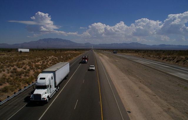 米スタートアップと郵政公社、自動運転トラックの長距離輸送テスト