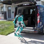 【動画】米フォードが描く「自動運転車と二足歩行ロボットで無人配送」の夢