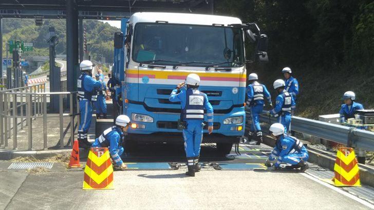 国交省中部地方整備局、特殊車両の重量超過で一斉取り締まり、12台の道交法違反確認