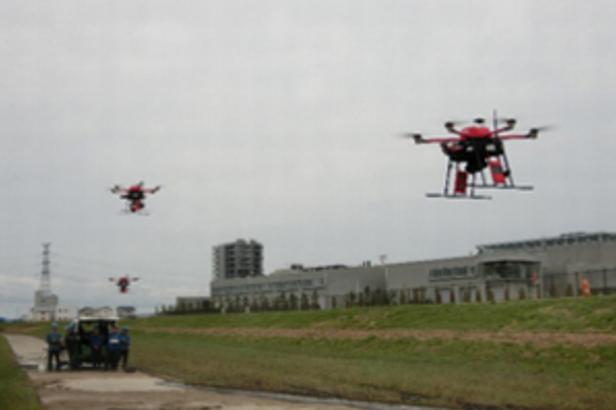 【動画】1キロ平方の空域で37機のドローンがぶつからず同時飛行!