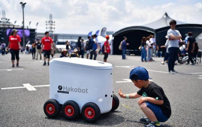 自動走行ロボット、イベント会場で演目告知を担当します!