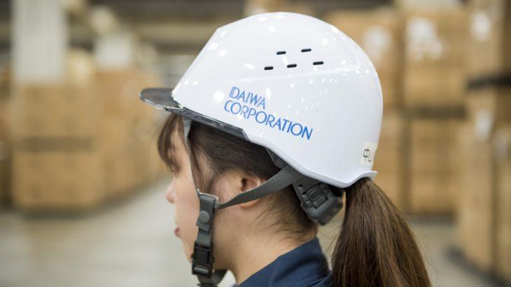 女性用の小型軽量ヘルメットを倉庫現場に導入、負荷軽減