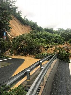 【豪雨】京都循環道の沓掛ICランプ部でのり面崩落、車3台巻き込まれ2人けが