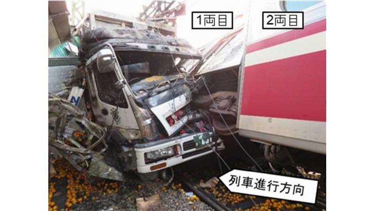 京急線踏切トラック衝突事故、ドライバーが通常と異なるルート通行した理由は特定できず