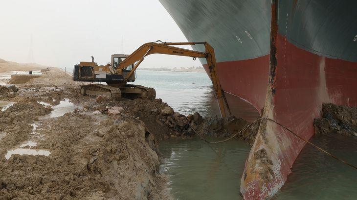 スエズ運河で座礁のコンテナ船船主、3月27日の離礁目指す考え表明