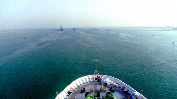 スエズ運河のコンテナ船座礁、一両日中に通航再開可能か