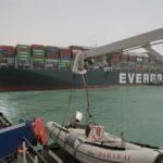 スエズ運河のコンテナ船座礁、移動作業に遅れか