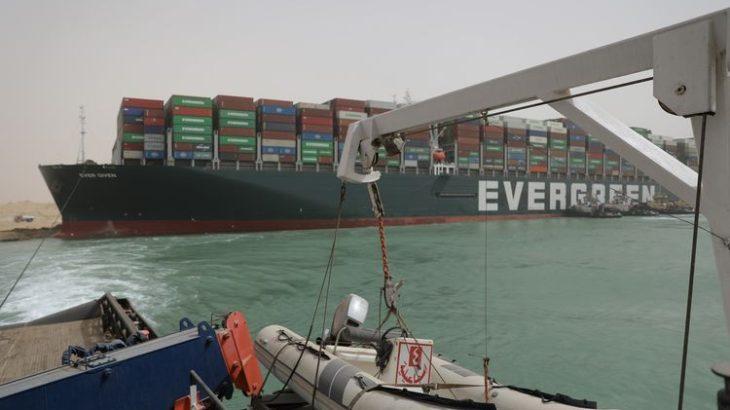 スエズ運河で座礁のコンテナ船が離礁か、通航再開時期は不明