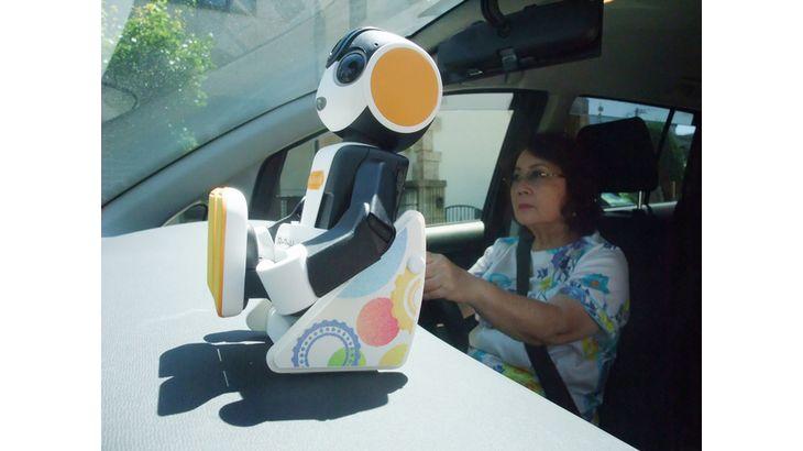 シャープなど、モバイル型ロボット「RoBoHoN」同乗による運転行動改善効果を検証